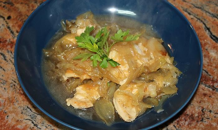 Пилешки гърди с карамелизиран лук