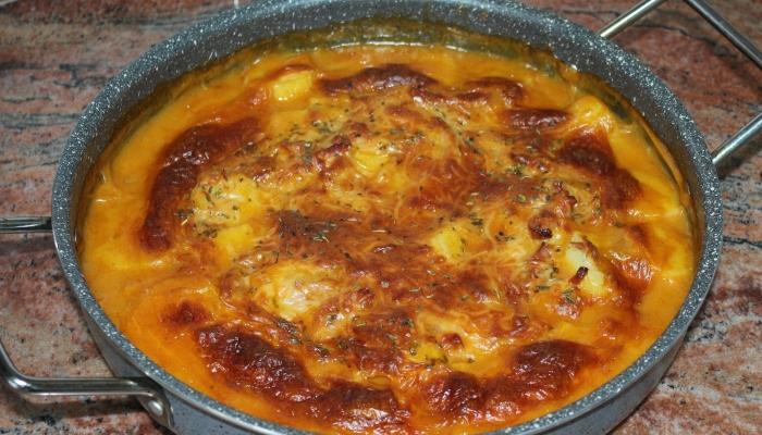 Картофи с бекон и пикантен сос на фурна