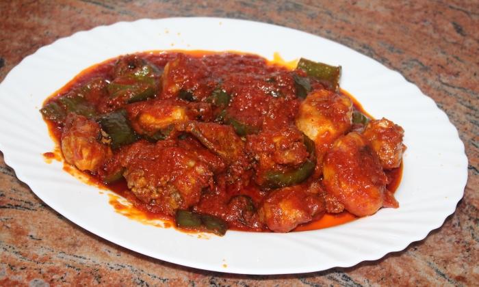 Пържено пиле в доматен сос