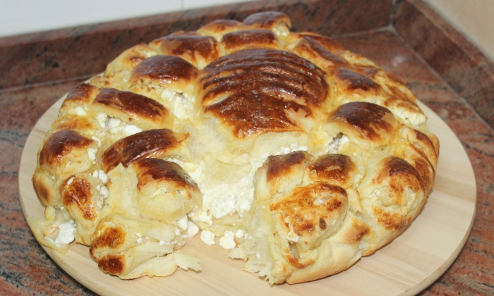 Мазен хляб с много сирене
