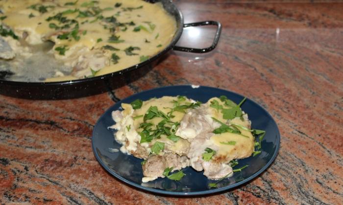 Свински пържоли със сос с кашкавал и горчица