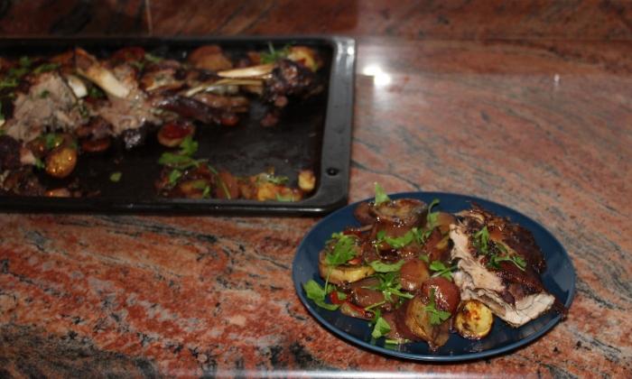 Печен агнешки бут със зеленчуци