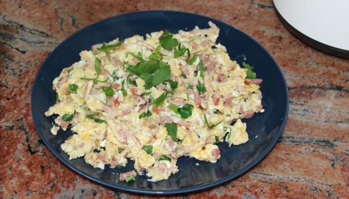 Бърза вечеря - бъркани яйца с бекон