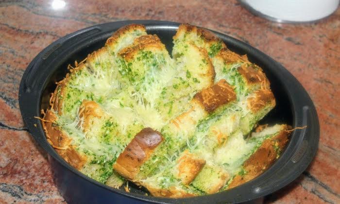 Домашен хляб с масло, чесън и магданоз