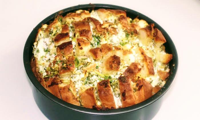 Вкусна закуска с домашен хляб и сирене