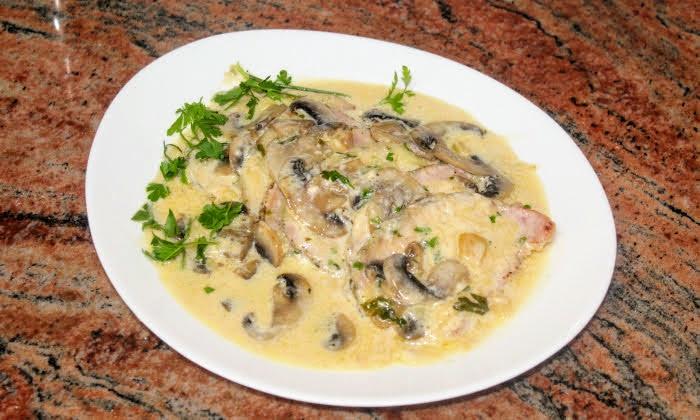 Свински филета с гъби в сметанов сос с кашкавал