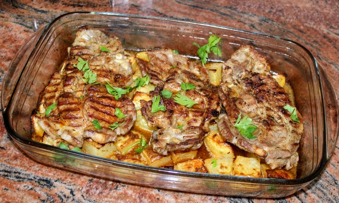 Сочни свински пържоли с апетитни картофки