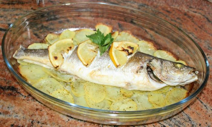 Печена риба с картофи