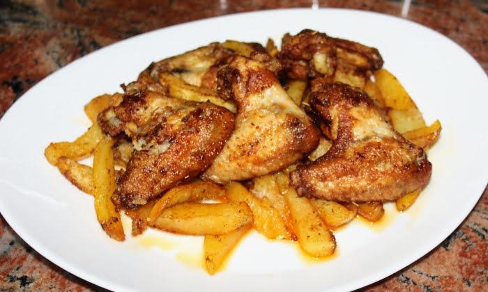Чеснови пилешки крилца с картофи