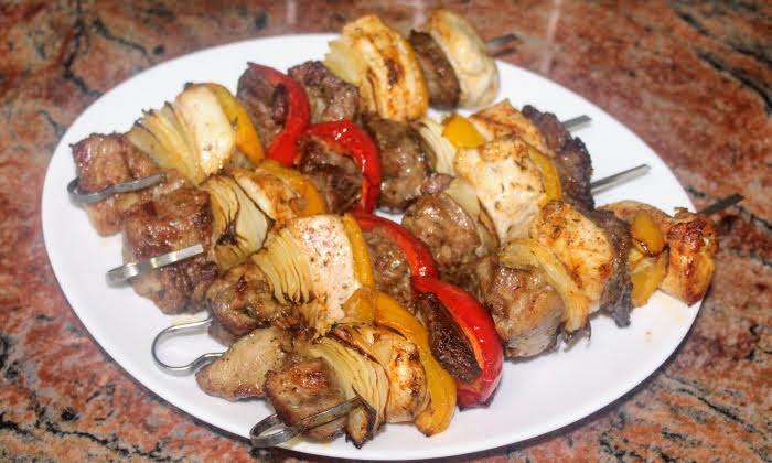 Сочни и крехки шишчета с пилешко, телешко и свинско месо