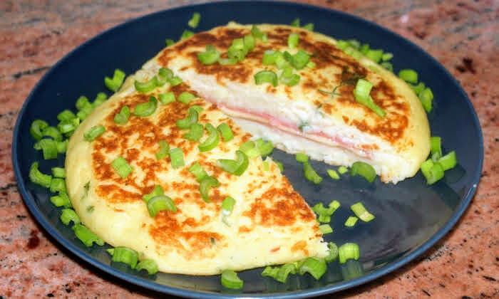 Картофена запеканка на тиган с колбас и кашкавал, картофено изкушение
