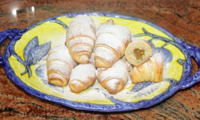 Кифлички с локум и орехи