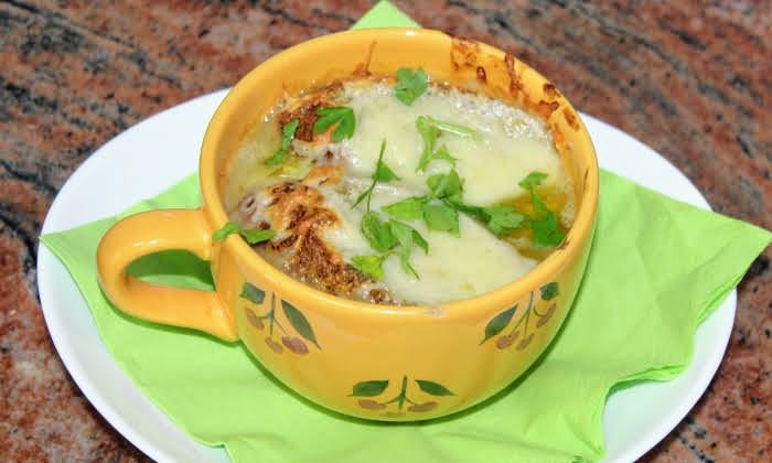Апетитна и топла лучена супа, за студените дни