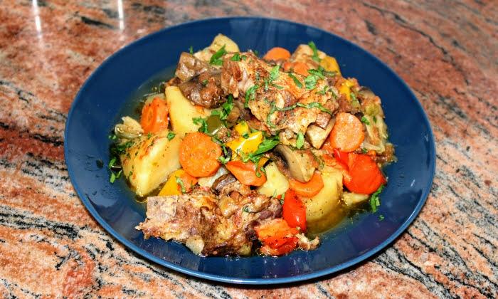 Гювеч със свинско, гъби, картофи и зеленчуци. БЕЗ ПЪРЖЕНЕ. ЛЕСНО И ВКУСНО.