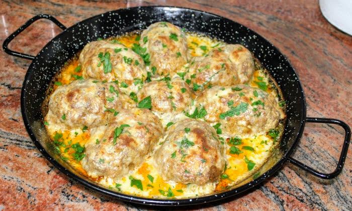 Кюфтета от кайма, пълнени с картофено пюре, в сос с кашкавал. Невероятно вкусна и подходяща за гости рецепта.